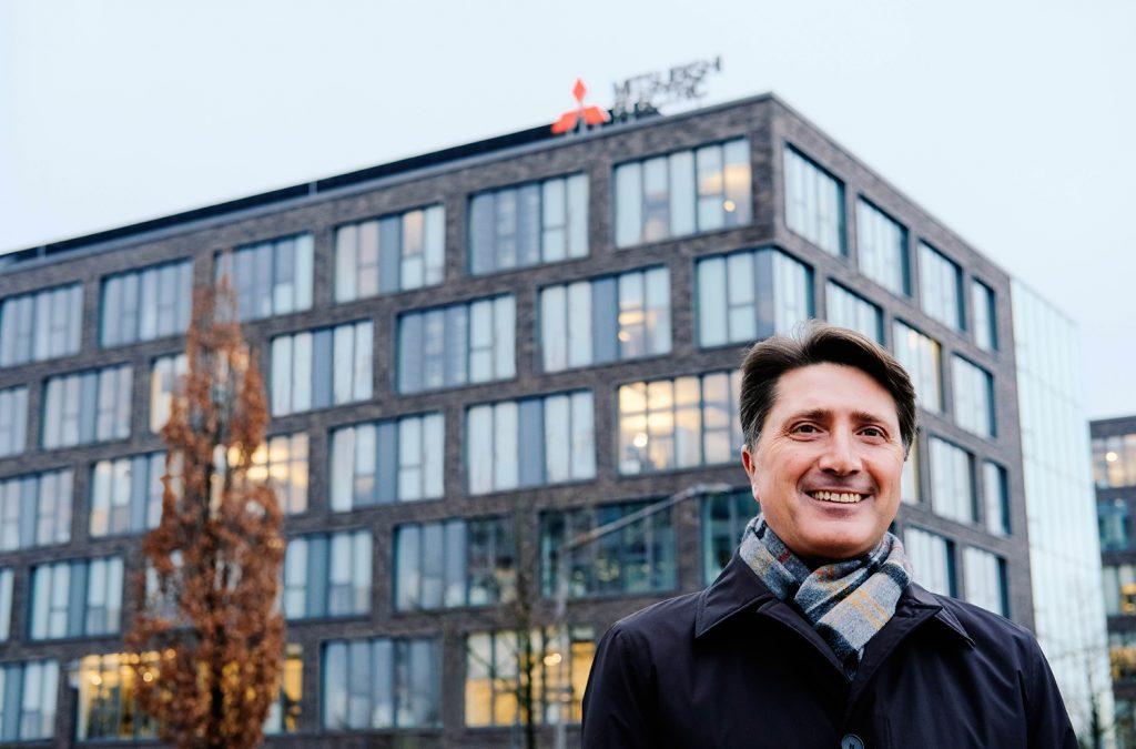 Andreas Wagner vor der Deutschlandzentrale von Mitsubishi Electric in Ratingen / Fotostrecke: Gina Gorny und Niels Meinke